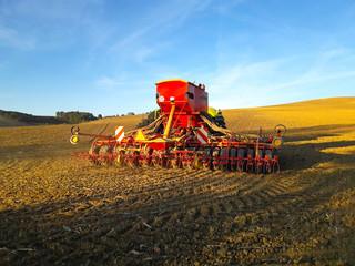 Charrue de labour et tracteur dans un champ de terre