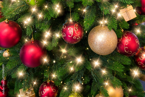 bunt geschm ckter weihnachtsbaum mit lichterkette und christbaumkugeln stockfotos und. Black Bedroom Furniture Sets. Home Design Ideas