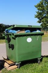 Volle grüne Mülltonnen, Müllcontainer, Wertstofftonne