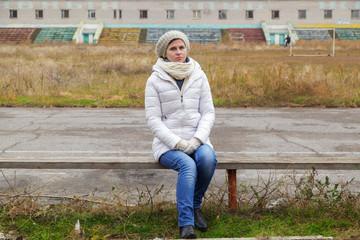 krasivie-kartinki-odinokaya-zhenshina-v-parke-na-skameyke-krugliy-popki-rakom