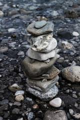 Steinhaufen am Fluss