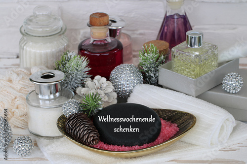 wellnesswochenende zu weihnachten schenken stockfotos. Black Bedroom Furniture Sets. Home Design Ideas