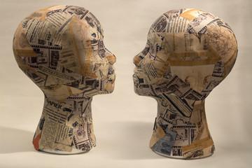 Две модели головы человека, обклеенные кусочками бумаги
