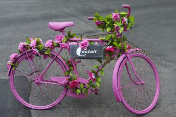 Blumengeschmücktes rosa Fahrrad