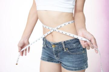 腹囲を測る女性