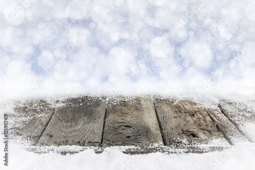 alte holzbretter im schnee mit bokehhintergrund in blau. Black Bedroom Furniture Sets. Home Design Ideas