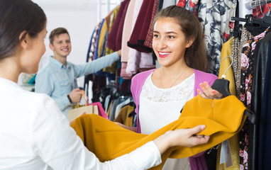 Shopping consultant and client