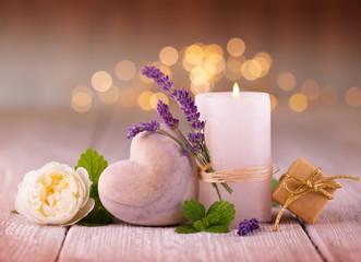 Duftende Deko mit Lavendel, Kerze, Herz und Rose