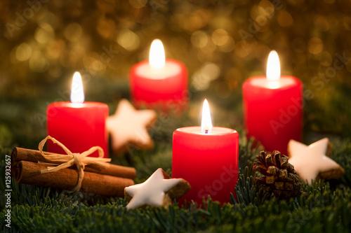 rote kerzen brennen auf einem adventskranz an heiligabend. Black Bedroom Furniture Sets. Home Design Ideas