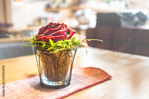 rose im glas auf einem holztisch mit deckchen immagini e fotografie royalty free su fotolia. Black Bedroom Furniture Sets. Home Design Ideas