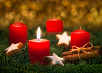 Rote Kerze brennt am 1. Advent an Weihnachten