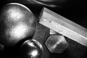 металлические геометрические фигуры на черном фоне