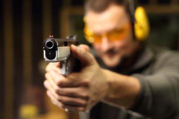 Strzelanie z pistoletu na strzelnicy