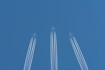 Flugzeuge am Himmel mit Kondensstreifen.