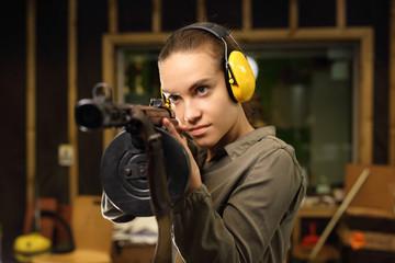 Kobieta z karabinem maszynowym.