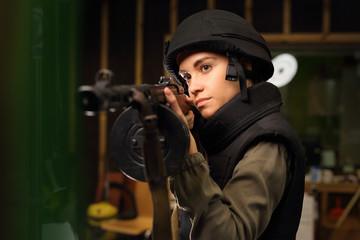 Karabin maszynowy. Kobieta strzela na strzelnicy