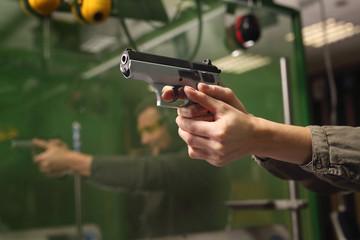 Nauka posługiwania się bronią palną.