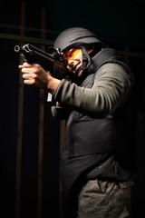 Mężczyzna z bronią. Mężczyzna z karabinem  ubrany w kamizelkę kuloodporna i hełm
