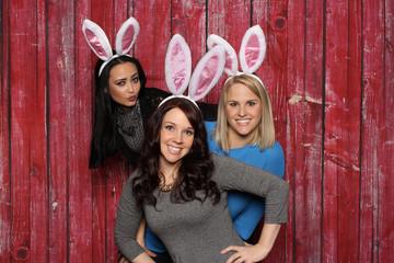 3 süße Häschen vor einer Fotobox - 3 Freundinnen mit Hasenohren