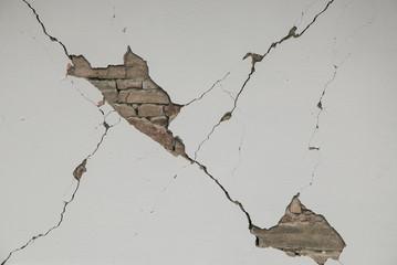Grossa crepa sul muro di una casa a Norcia colpita dal terremoto