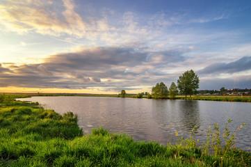 летний пейзаж на зеленом берегу реки на закате дня, Россия, Урал
