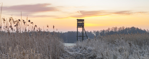 Foto auf Gartenposter Jagd Hunting tower in the frosty morning