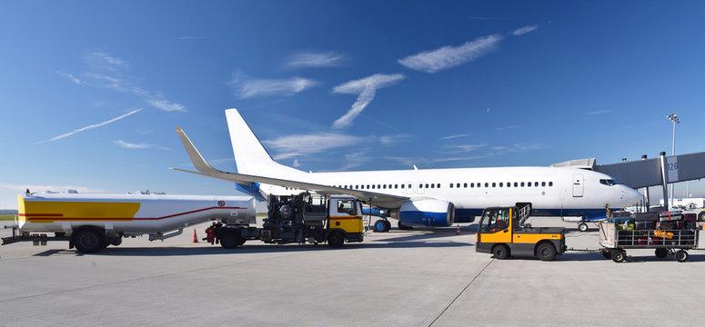 Refueling an airplane at the airport with a tanker truck // Betanken eines Flugzeuges am Flughafen mit einem Tankwagen