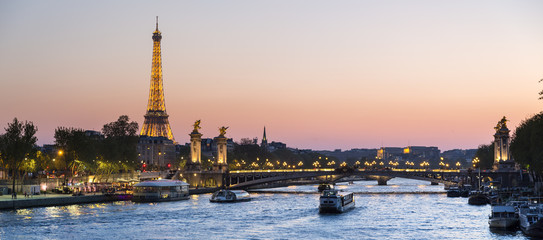 Photo sur Plexiglas Paris Paris, traffic on the Seine river at sunset, with Eiffel tower i