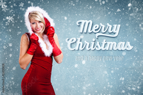 attraktive Weihnachtsfrau vor eisigem Hintergrund mit \