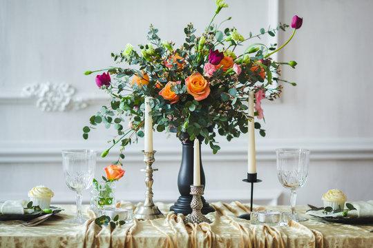Букет цветов на праздничном столе
