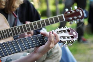 Obraz Gitarowe gryfy z dłonią 3 - fototapety do salonu