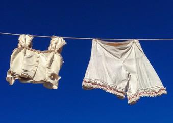 altmodische Damenunterwäsche auf der Wäscheleine