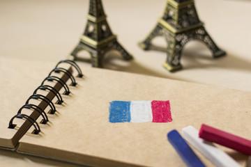 パステルで描かれたフランスの国旗とミニチュ