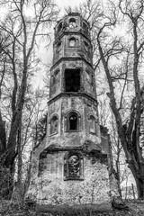 Turmruine Sankt Georg bei Aichach nahe Augsburg als Lost Place in schwarz-weiß