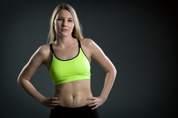 Junge blonde Frau verschwitzt im Sportoutfit
