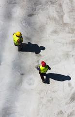 zwei Bauarbeiter auf Betongründung_2
