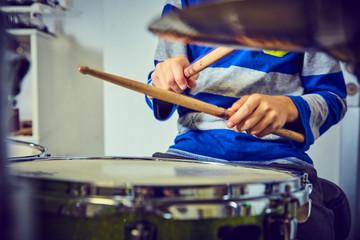 Bambino suona batteria