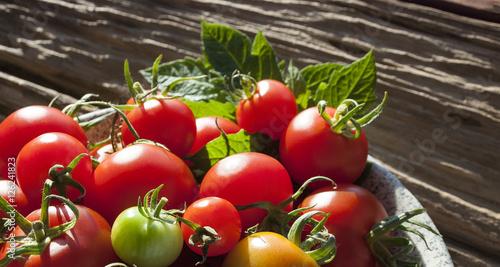 reife tomaten auf holz treibholz hintergrund textfreiraum stock photo and royalty free. Black Bedroom Furniture Sets. Home Design Ideas