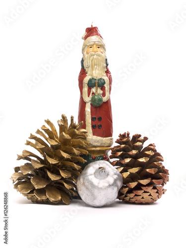 Pap noel con pi as y adornos de navidad sobre fondo - Pinas de navidad adornos ...