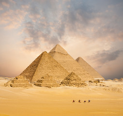 Photo sur Aluminium Egypte Sunset All Egyptian Pyramids Camels Distant Wide
