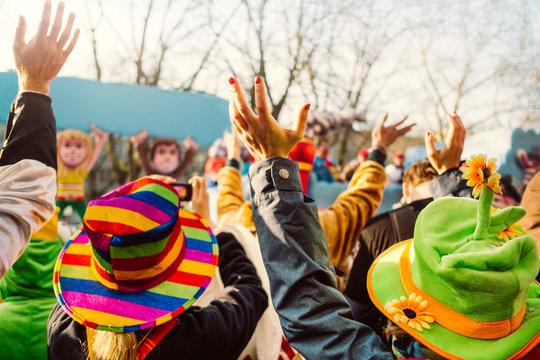 Jecken an Karneval/Menschen bei einem Karnevalsumzug
