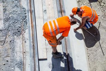 Baustelle, Tiefbau, Bauarbeiter beim Vermessen