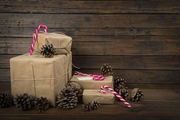 Navidad con regalos y bastones de caramelo en un fondo de madera