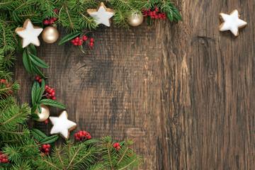 Rustikales Holzbrett mit Weihnachtsdeko als Hintergrund zum Beschriften