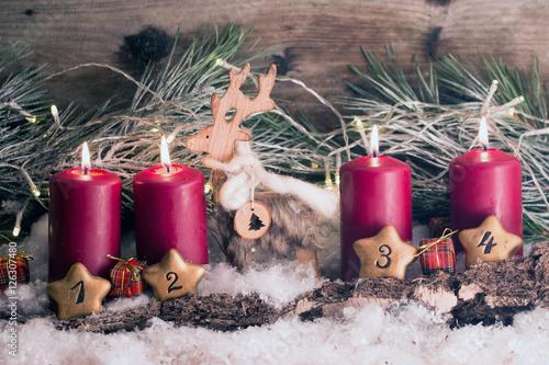 Rustikale Dekoration Mit Baumrinde Und Rentier Fur Die Adventszeit 4