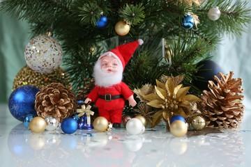 санта клаус (игрушка) с шарами, шишками и сосновыми ветками