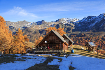 Fotomurales - Mountain hut in the Claree valley, France, on a nice autumn morning.
