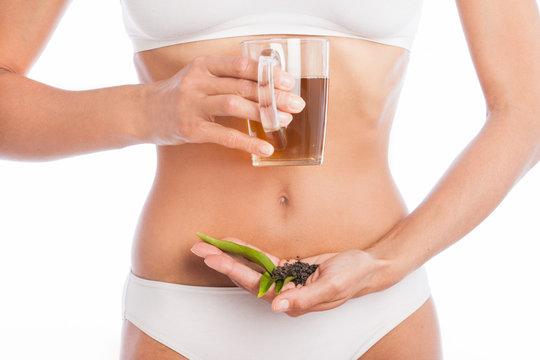 corps mince de femme tenant une tasse de thé