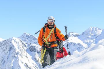 Bergführer führt seine Seilschaft im Hochgebirge