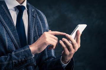 スマートフォンとビジネスマン